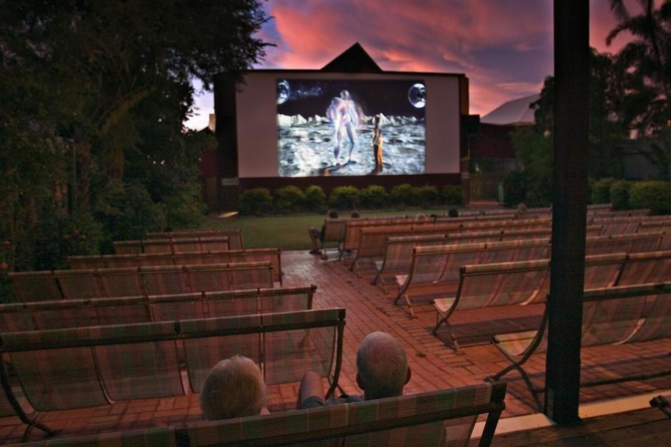 Bioscoopbezoekers genieten van een film in een filmtuin in Broome.  [Photo of the day - september 2011]