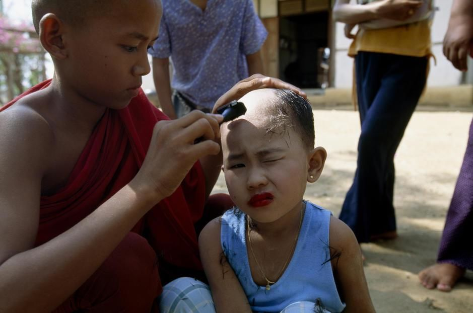 A girl has her head shaved before entering the local monastery in Began. Myanmar. [Dagens foto - september 2011]