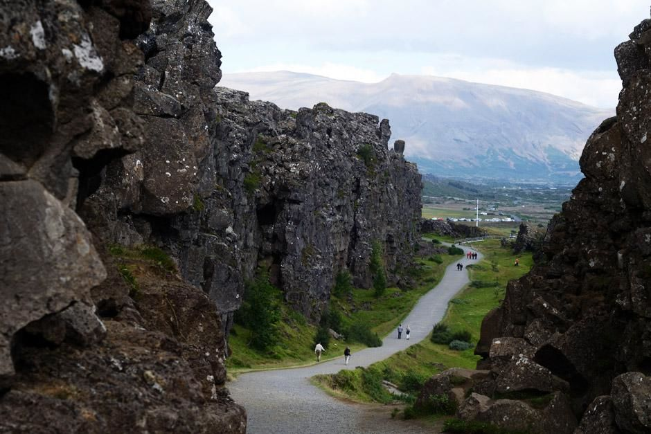 Thingvellir Nasjonalpark, Island - Turister spaserer gjennom Islands Thingvellir riftdal, det ene... [Dagens bilde - Mai 2012]