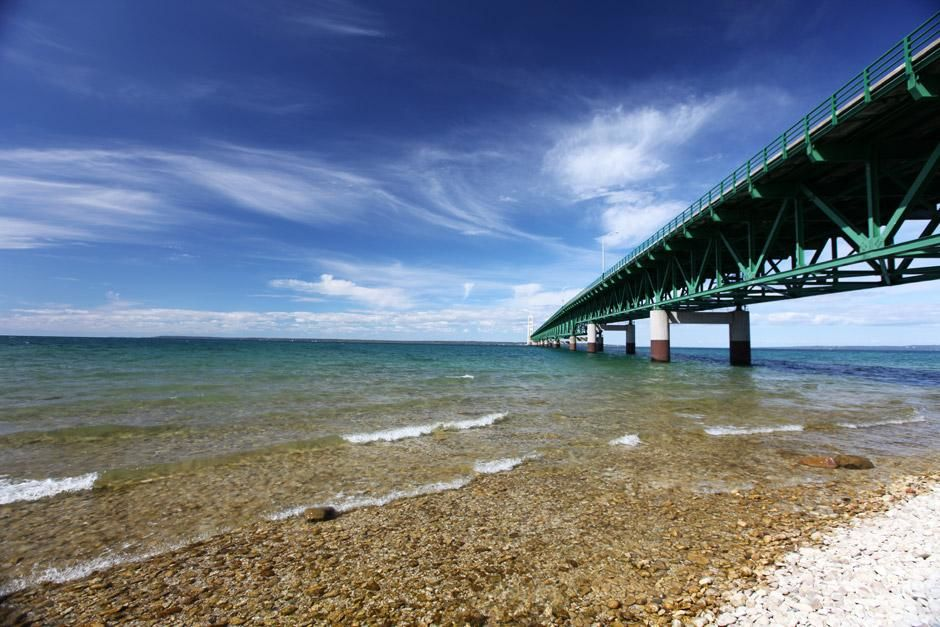 Mackinac City, Straits of Mackinac, Michigan, USA: Looking north from the shoreline down the Mack... [Dagens foto - maj 2012]