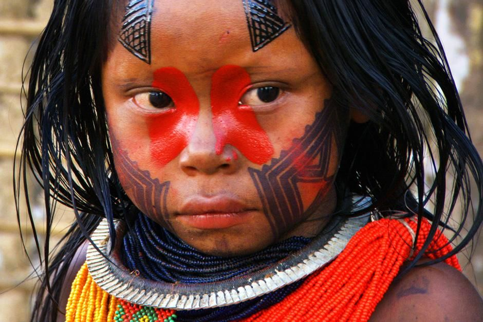 Een jong Kayapo meisje met een gedecoreerd gezicht. Kayapo&#039;s behouden hun traditionele levensstij... [FOTO VAN DE DAG - juli 2012]