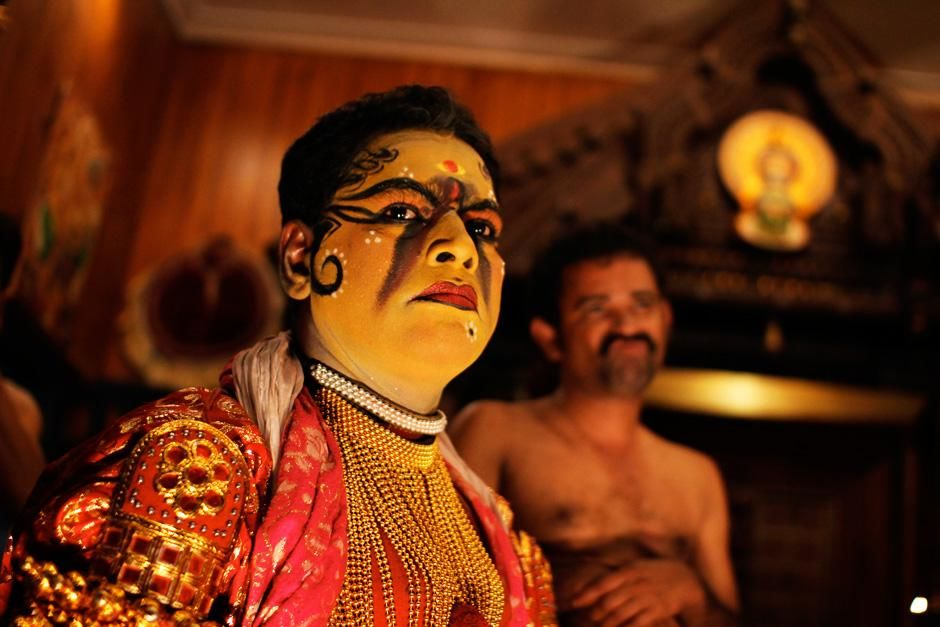 Kerala v Indiji: igralec se pripravlja na izvedbo dramskega plesa kathakali. Prizor je iz oddaje ... [Fotografija dneva - avgust 2012]