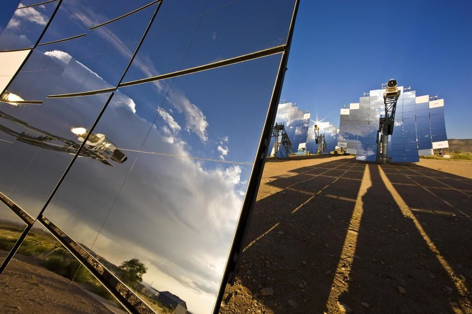 Mirror arrays concentrate light making electricity in Alburquerque, New Mexico. USA. [Photo of the day - September, 2011]