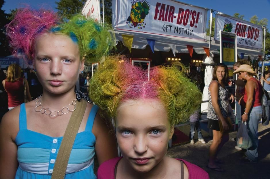 Sisters with rainbow coloured hairstyles and matching glitter in Saint Paul, Minnesota. USA. [Dagens foto - september 2011]
