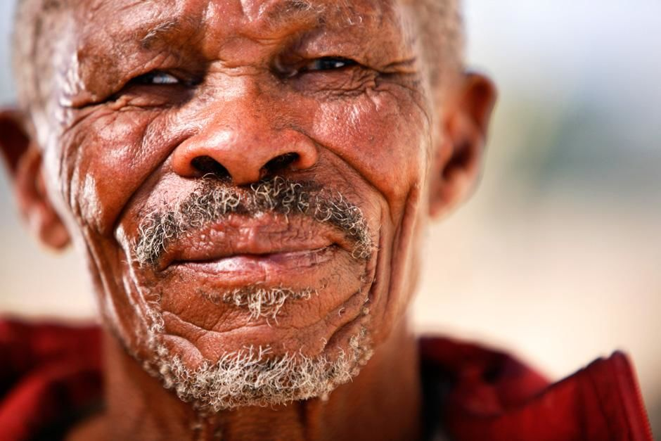 Andriesvale, Noord-Kaap, Zuid-Afrika. San patriarch wonend in Green Kalahari wiens DNA werd getes... [Photo of the day - september 2012]