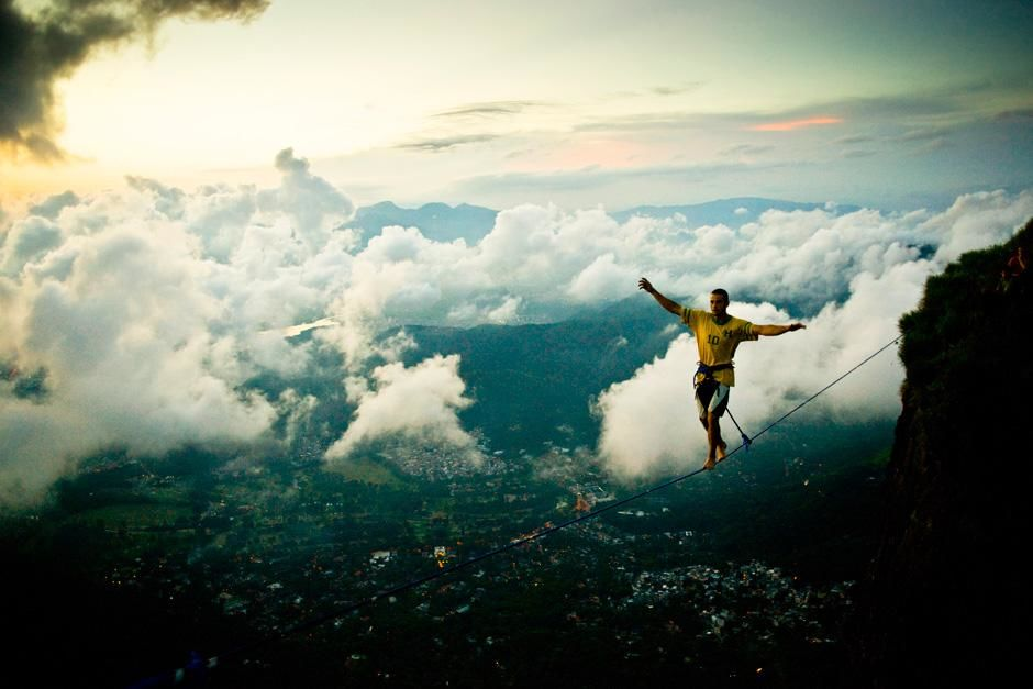Rio de Janeiro, Brazil: Climber Hugo Langel walks the slackline high above Rio. This image is fro... [Dagens billede - september 2012]