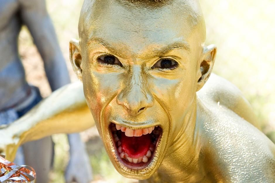 BARRANQUILLA, COLOMBIA, SOUTH AMERICA: Man painted in gold at the Barranquilla Carnaval, a carniv... [Dagens foto - oktober 2012]