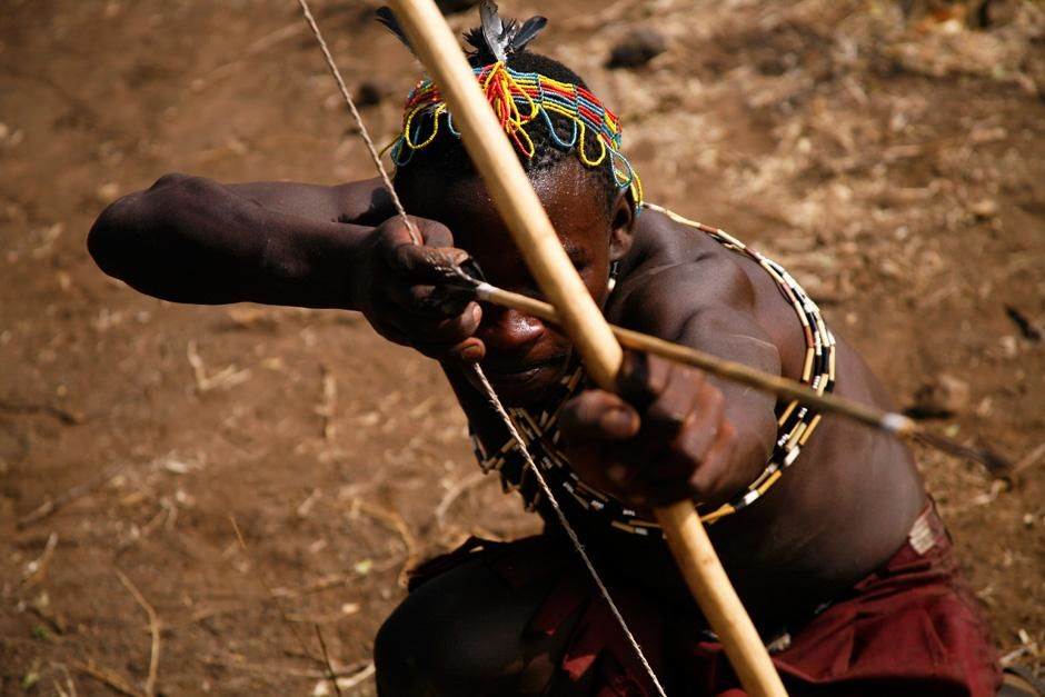 LAKE EYASI, TANZANIA: Hadzabe man with bow and arrow.  The Hadzabe, who live about 15-hundred mil... [Dagens foto - oktober 2012]