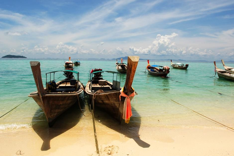 Boats tied along the shore.  Phi Phi Island, Thailand. This image is from Laya Project. [Photo of the day - 十月 2012]