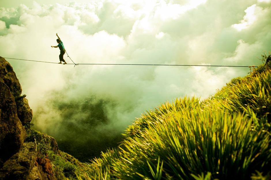 Climber Cedar Wright walks the highline above Rio de Janeiro, Brazil. This image is from First As... [ΦΩΤΟΓΡΑΦΙΑ ΤΗΣ ΗΜΕΡΑΣ - ΝΟΕΜΒΡΙΟΥ 2012]