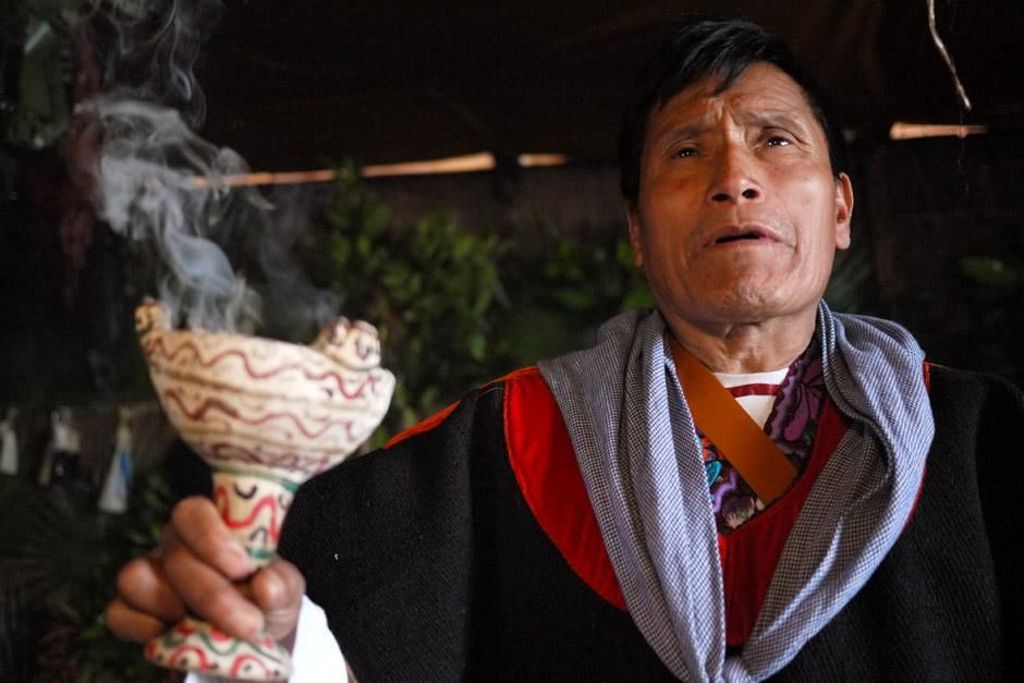 A close-up shot of local Tzotzil Shaman, Jose Joaquin Vasquez as he performs a sacred ritual to... [Foto del día - diciembre 2012]