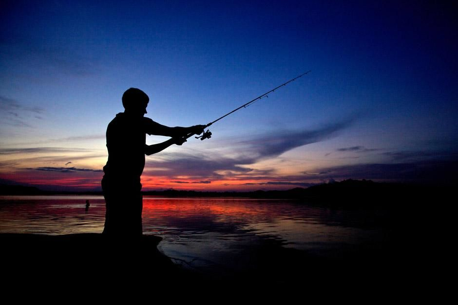 Scientist and best angler of the group, Justin Grubich, casts at sunset on the Xingu River in... [Foto del día - diciembre 2012]