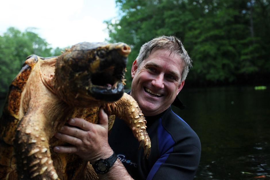 Florida: Dr. Brady Barr mit einer wehrhaften Geierschildkröte am Santa-Fe-River. Das Bild stammt... [Foto des Tages - Dezember 2012]