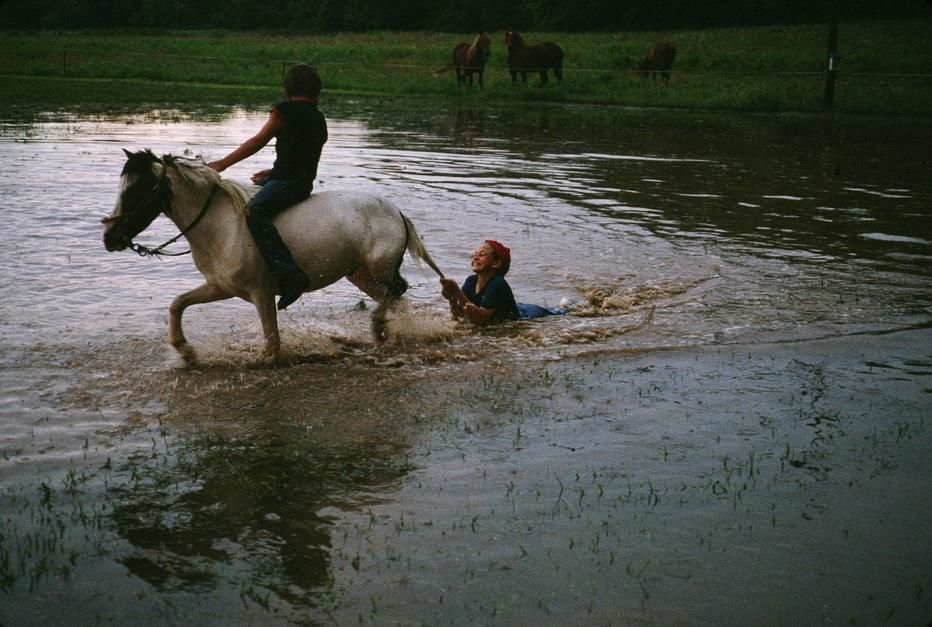 Mennonite farm children play at a water hole in Peace Valley, Missouri. USA. [Photo of the day - oktober 2011]