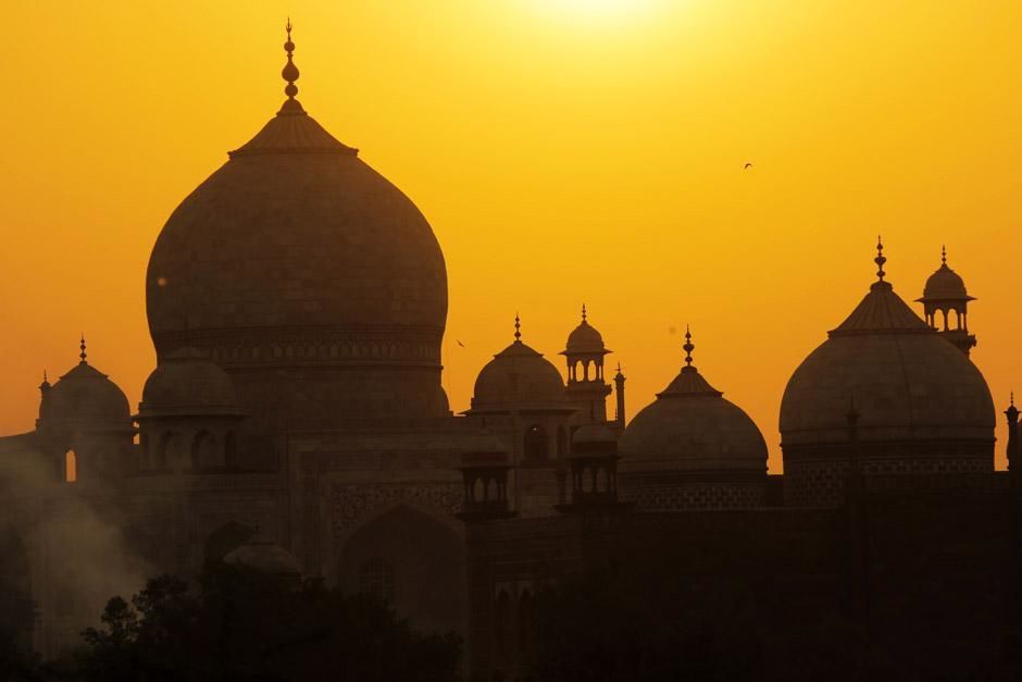 Agra, India: The magnicifent view of Taj Mahal with a yellow sky background as the sun calmly... [Photo of the day - ژانویه 2013]