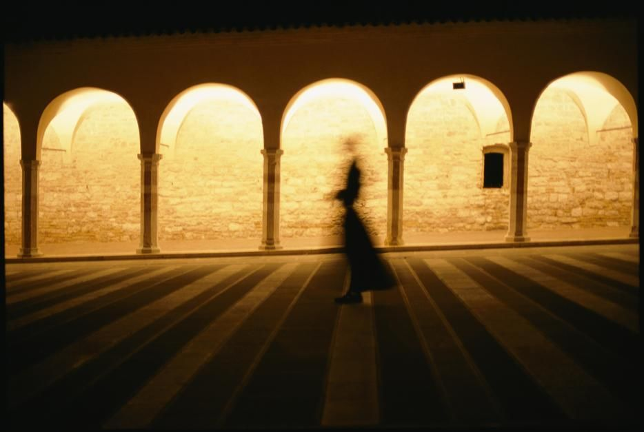 Een spookachtig silhouet van een monnik bij de Basilica di San Francesco in Assisi. [Photo of the day - juli 2011]