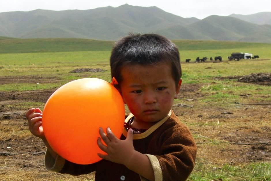 Young nomad plays with a balloon given to him as a gift from Paul Merton. This image is from... [Foto del día - marzo 2013]