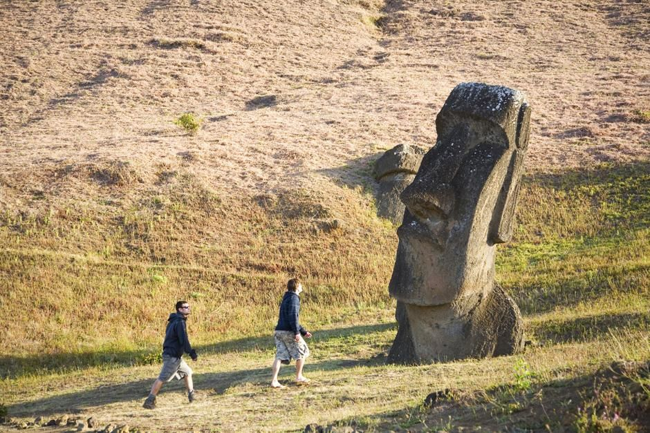 Scott Wilson and Justin Lukach hike past a statue on Easter island. This image is from Departures. [Foto del día - marzo 2013]