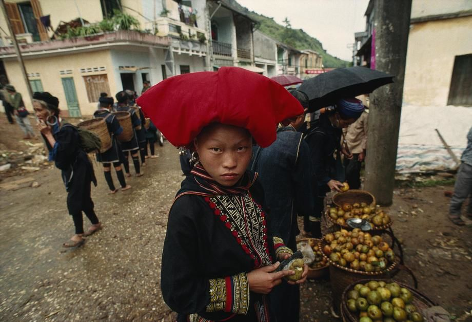 Members of Dao and Hmong hill tribes frequent the market in Sa Pa where they sell clothing and ot... [Fotografija dneva - november 2011]
