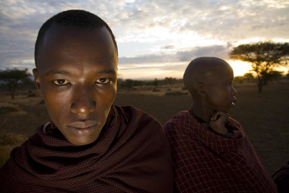Portrait de deux jeunes Masaï au coucher du soleil. Tanzanie. [Photo of the day - novembre 2011]