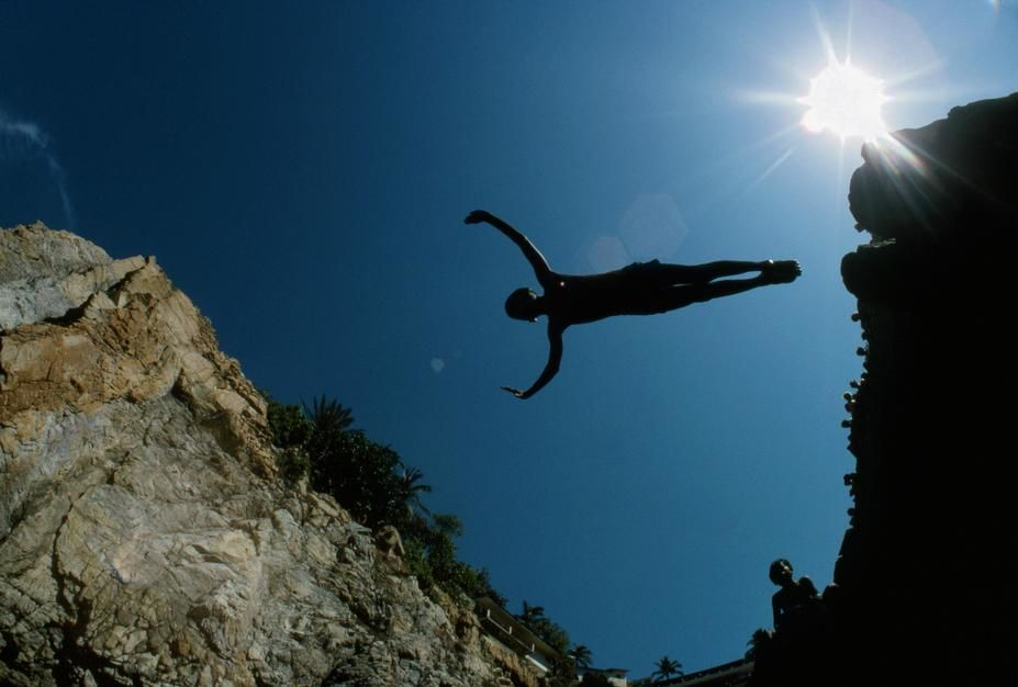 Silhouette d'un plongeur de l'extrême en plein saut, se détachant sur le ciel bleu d'Acapulco. ... [Photo of the day - novembre 2011]