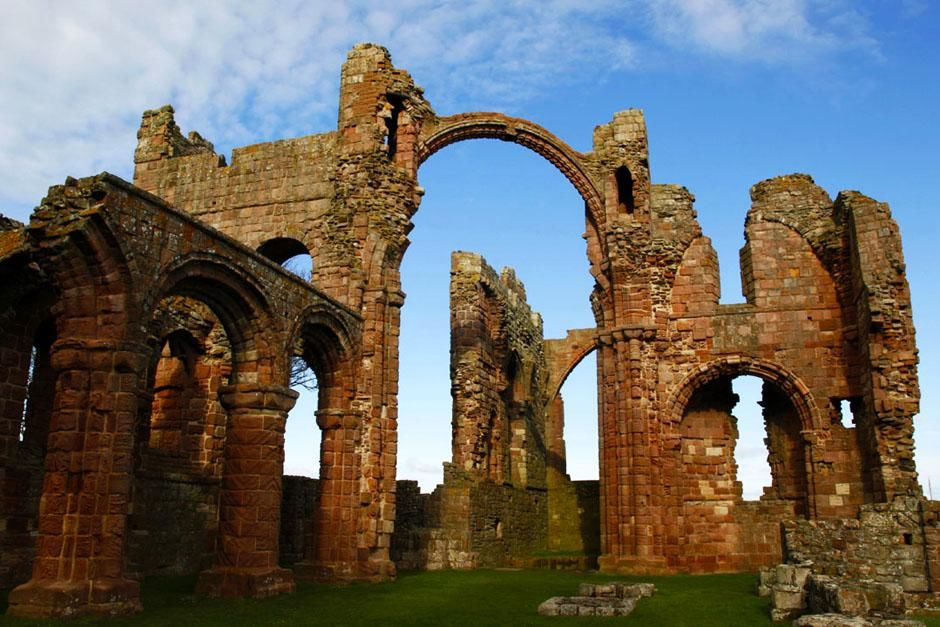 Lindisfarne, Holy Island, United Kingdom: The ruins of the priory in Lindisfarne. This image is... [Photo of the day - ژوئن 2013]
