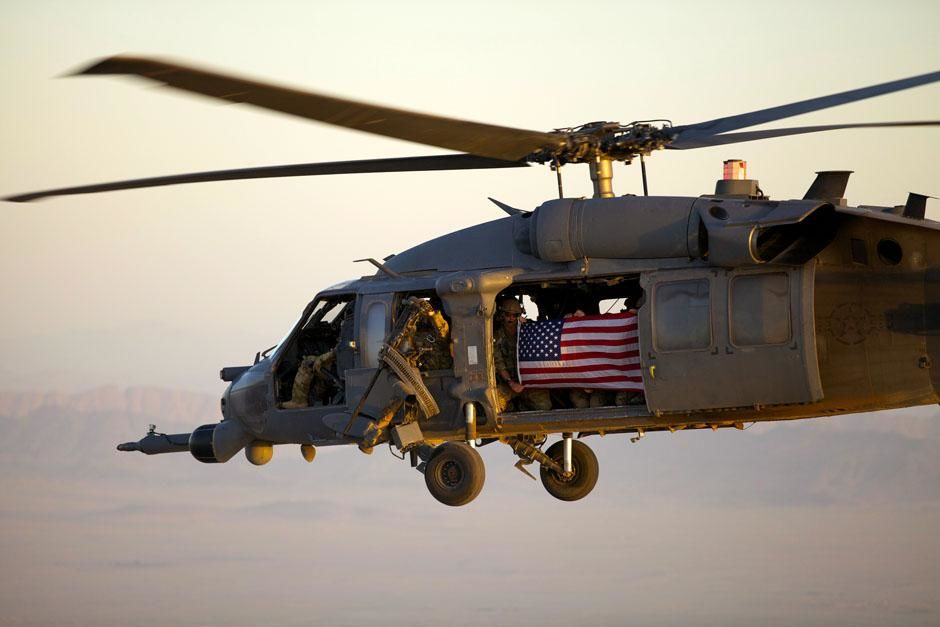 Kandahar, Afghanistan: PJs fly with an American flag to honor the rescue team that lost their... [Photo of the day - ژوئن 2013]