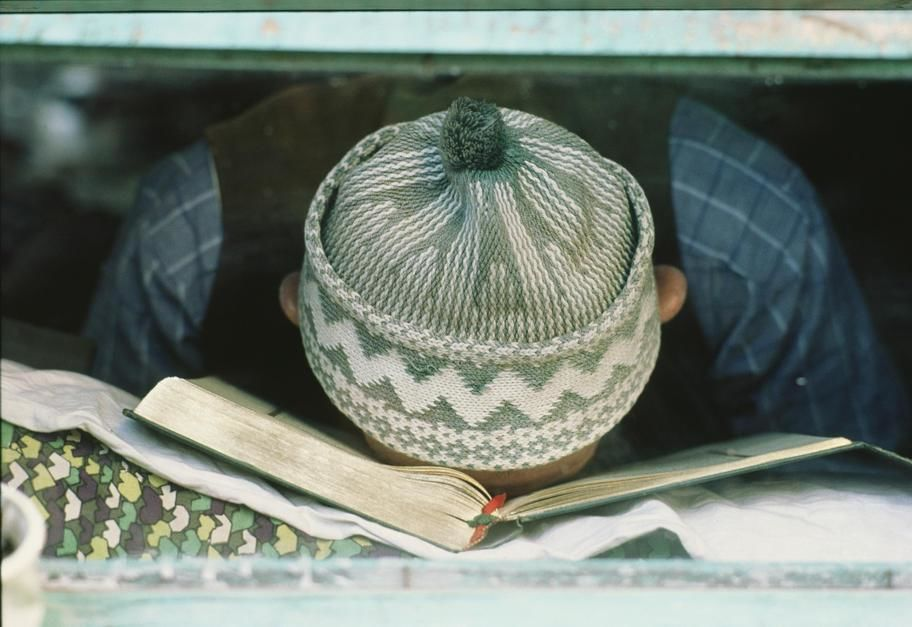 A student resting his head on a book in Safranbolu. Turkey. [Dagens billede - november 2011]