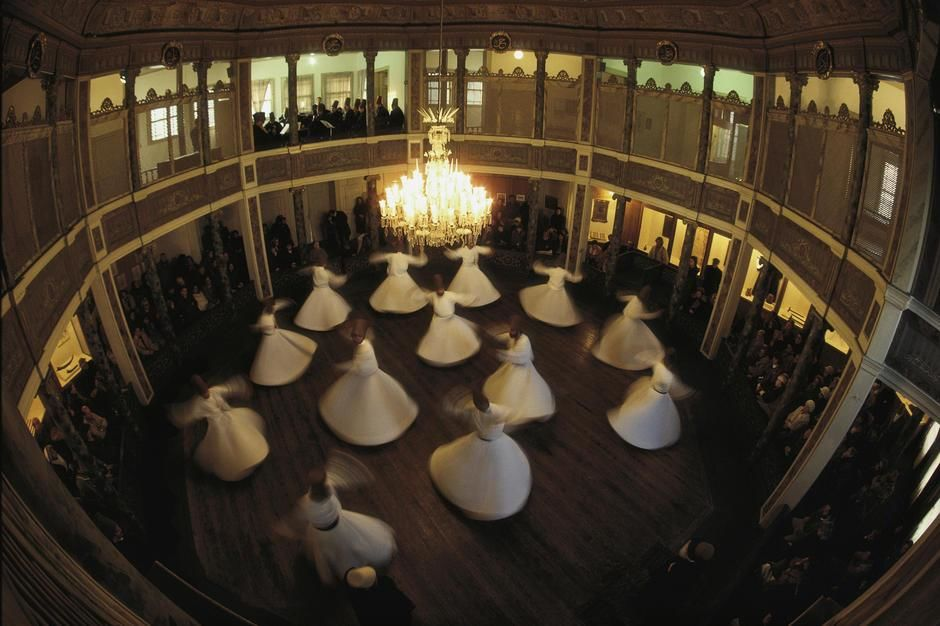 Dervishes dance to commemorate the death of their founder in 1273, Istanbul. Turkey. [Dagens billede - november 2011]