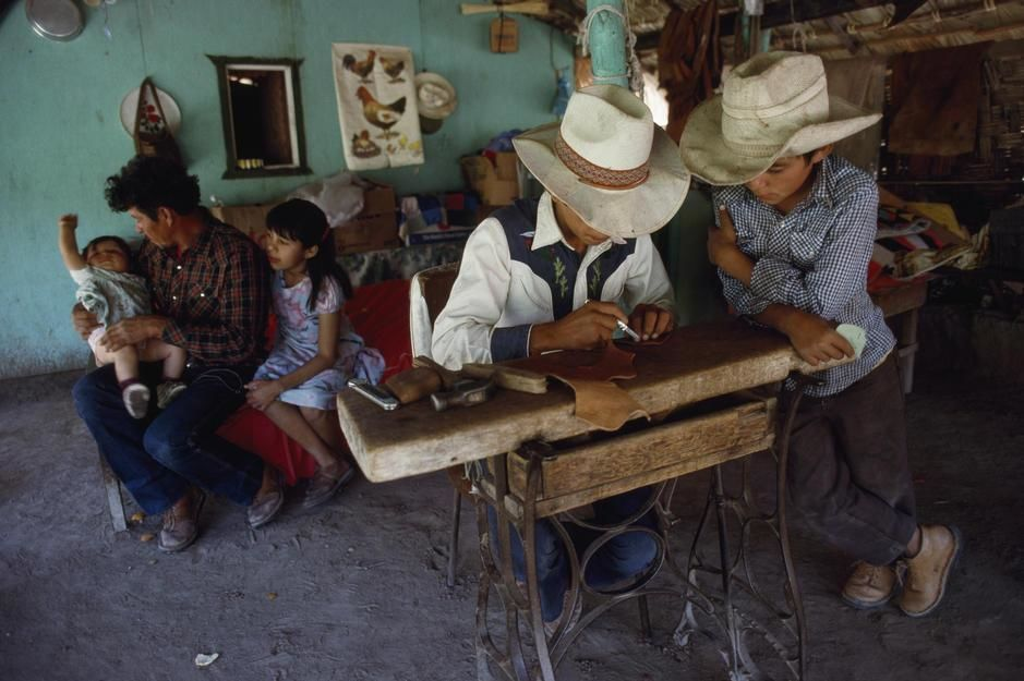 A farmer's children learn their father's trade as a saddlemaker, Baja California. Mexico. [Dagens billede - november 2011]