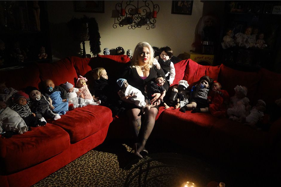 Staten Island, New York, USA: Marilyn sits on the couch with a collection of her unborn dolls.... [Photo of the day - اکتوبر 2013]