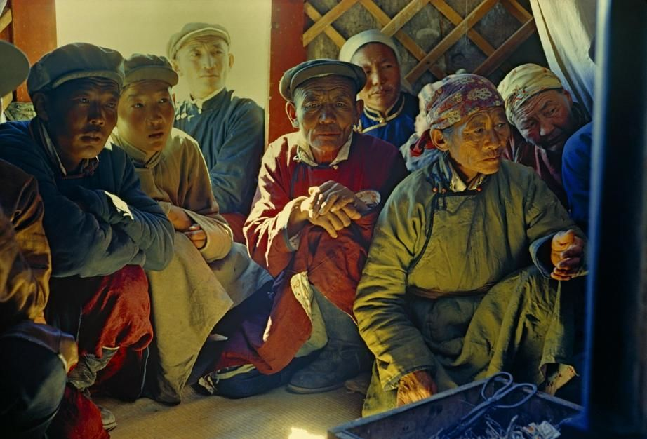 Gobi Desert dwellers listen intently to a visitor in the Gobi Desert. Mongolia. [Fotografija dneva - december 2011]