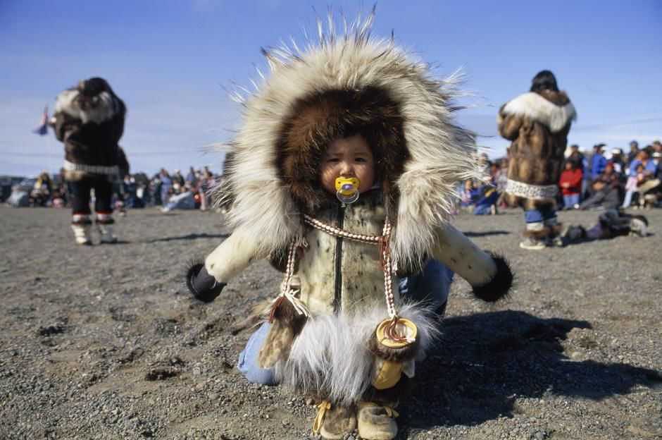 Alaska: Inuit-Kind in traditionellem Parka. [Foto des Tages - Dezember 2011]