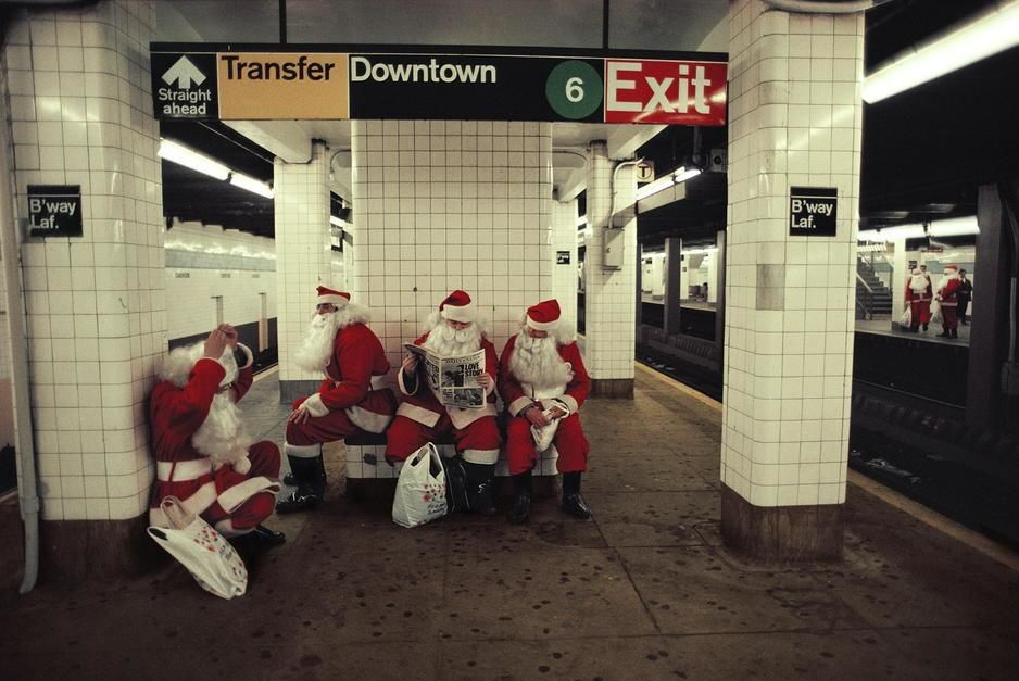Des employés d'un grand magasin déguisés en Père Noël attendent le métro, New York. [Photo of the day - décembre 2011]
