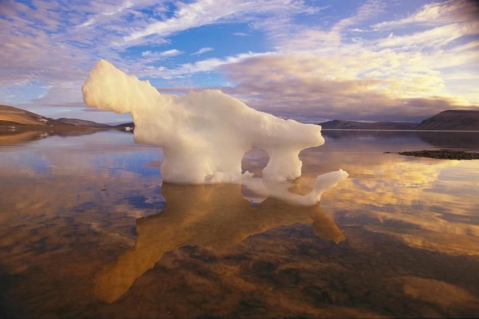 A small iceberg stranded on an Ellesmere Island shore by an ebb tide in Nunavut resembles a Polar... [Photo of the day - juli 2011]