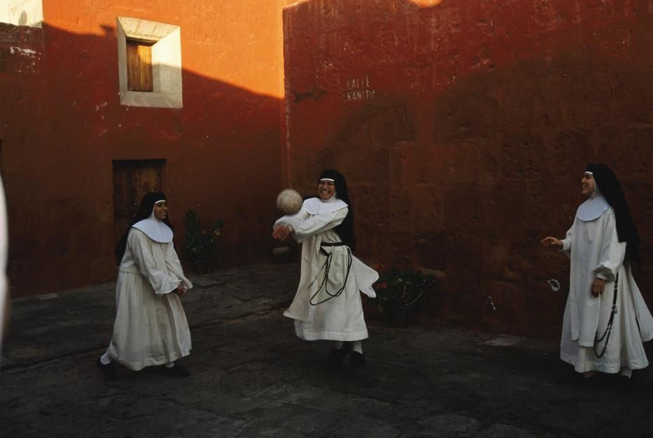 Novice nuns play ball at the Santa Catalina Monastery, Arequipa. [Fotografija dneva - december 2011]