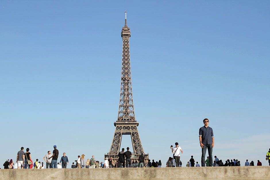 Paris, France: Conor Woodman standing by the iconic Eiffel Tower. This image is from Scam City. [Foto del día - enero 2014]