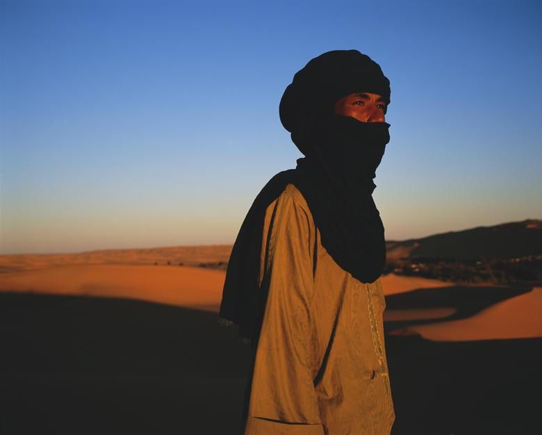 Tuareg guide Yahya in twilight. [Фотография дня - Декабрь 2011]