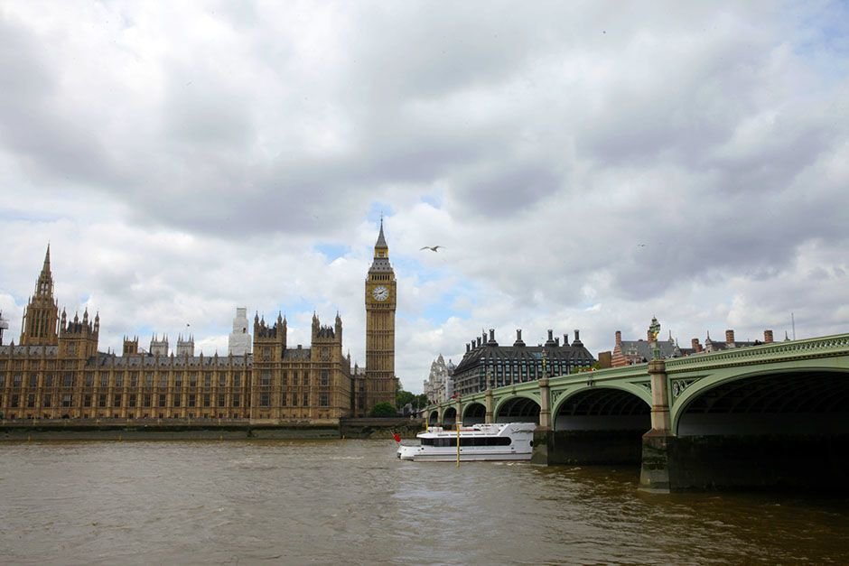 London, England: The Houses of Parliament on a cloudy day. This image is from Scam City. [Foto del día - enero 2014]