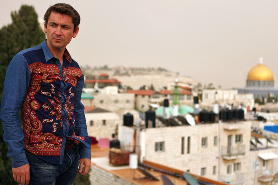 Zambia: Conor Woodman with the city stretched out behind him.  This image is from Scam City. [Foto del día - enero 2014]