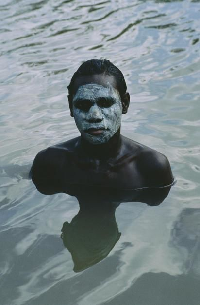En ung Aboriginer med en maske av gjrme bader i et lite vann, Cape York Peninsula, Queensland. [Dagens bilde - Januar 2012]