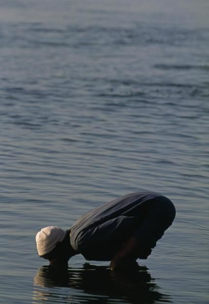 An Egyptian drinks from the River Nile. [Fotografija dneva - januar 2012]