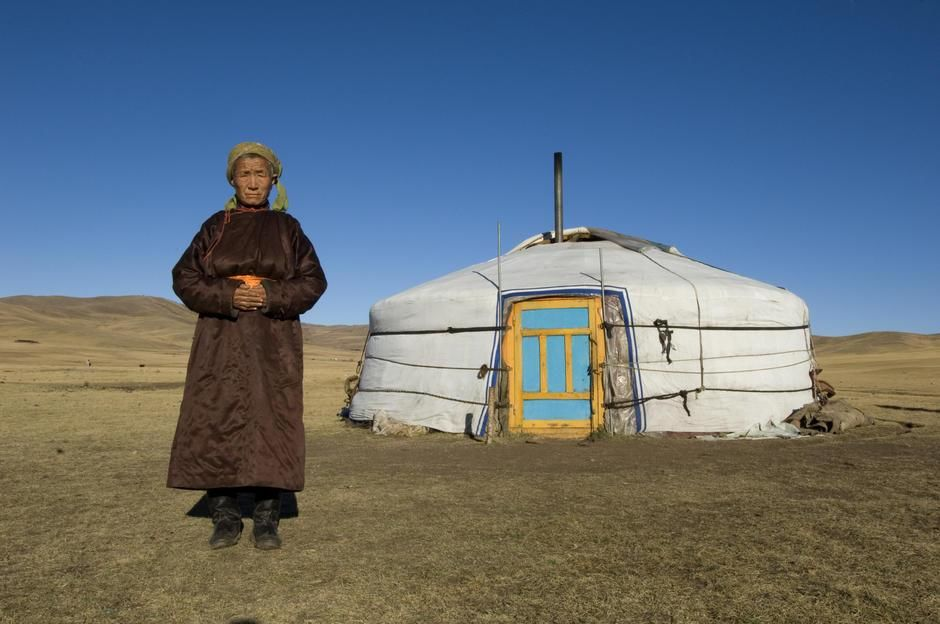 A mongolian nomadic woman at her yurt in Erdene Soum. [Dagens billede - januar 2012]