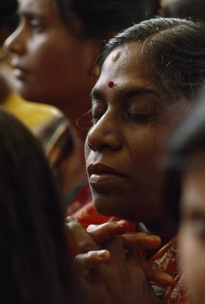 Prayerful woman at Hindu fire-walking ceremony called Teemeethi. [Dagens billede - januar 2012]