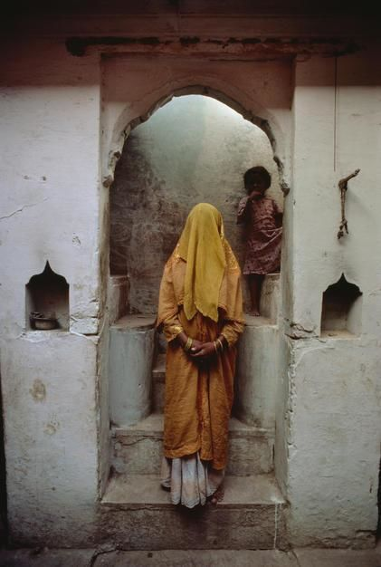 A silk dyer's wife presents herself in purdah for a portrait in her home, Varanasi, Uttar Pradesh... [Dagens billede - januar 2012]
