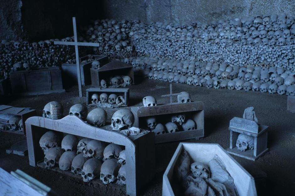 An ossuary in the cemetery of La Fontanelle, Naples [Dagens foto - januari 2012]