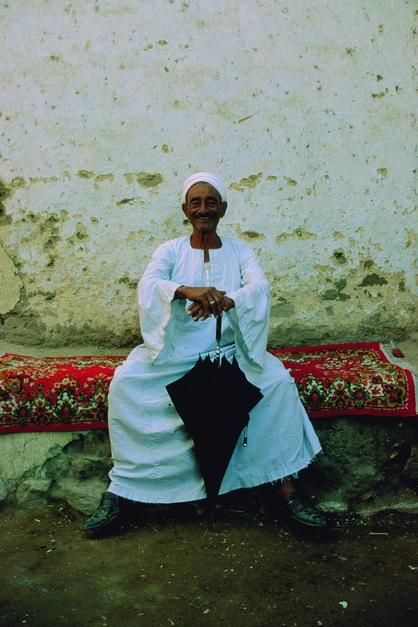 Portrait of an Egyptian man holding an umbrella in Deir el Gharbi. [Dagens billede - januar 2012]