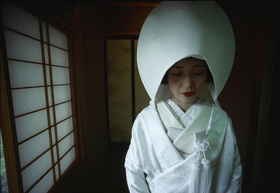 An informal portrait of a Japanese woman in traditional dress. [Photo of the day - Janeiro 2012]