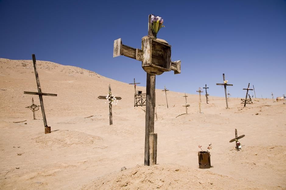 A cemetary on the Pacific coast of Chile's Atacama Desert. [Dagens billede - januar 2012]