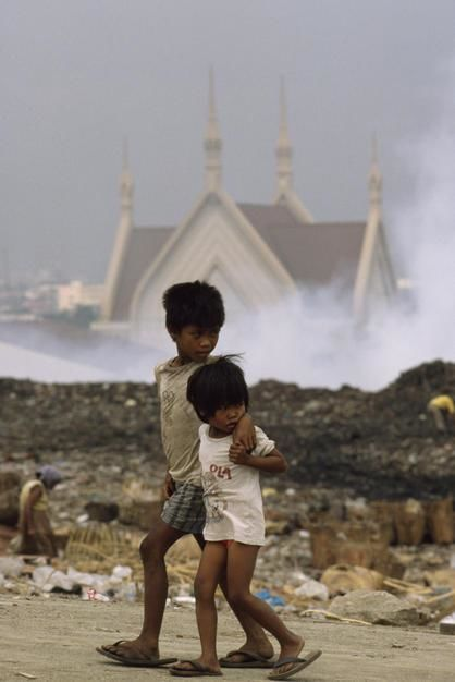 Children walk past Manila's Smoky Mountain on Luzon Island. [Photo of the day - Janeiro 2012]